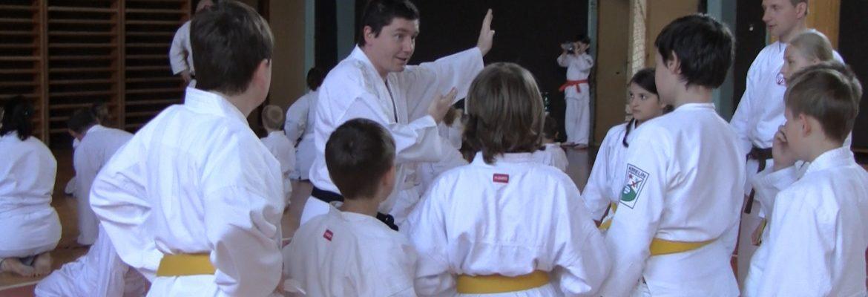 Josef-Král-I.-Dan-učí-skupinu-žlutých-a-oranžových-pasů